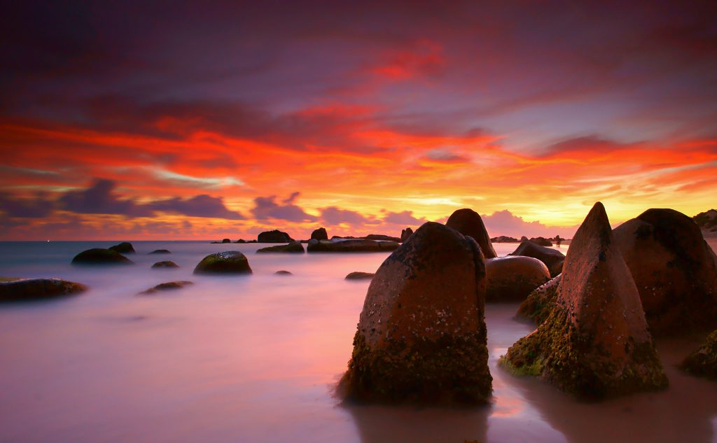 Sunset in Co Thach Beach, home to a majestic landscape with colourful rocks covered in moss | © Lê Anh Khoa / Flickr