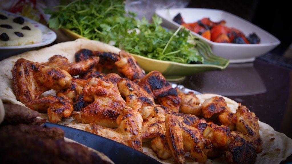 https://pixabay.com/es/barbacoa-pollo-plato-los-alimentos-1836053/