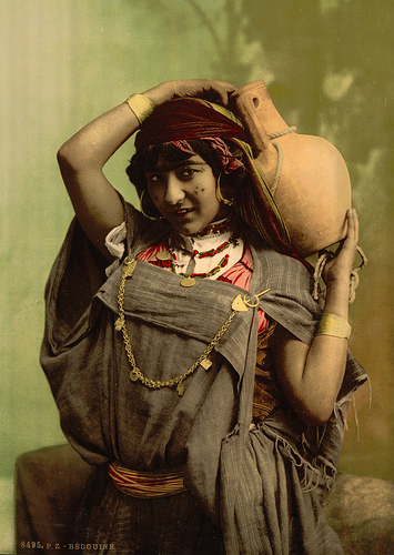 Bedouin woman, c.1899 | David Shapinsky / Wikimedia Commons