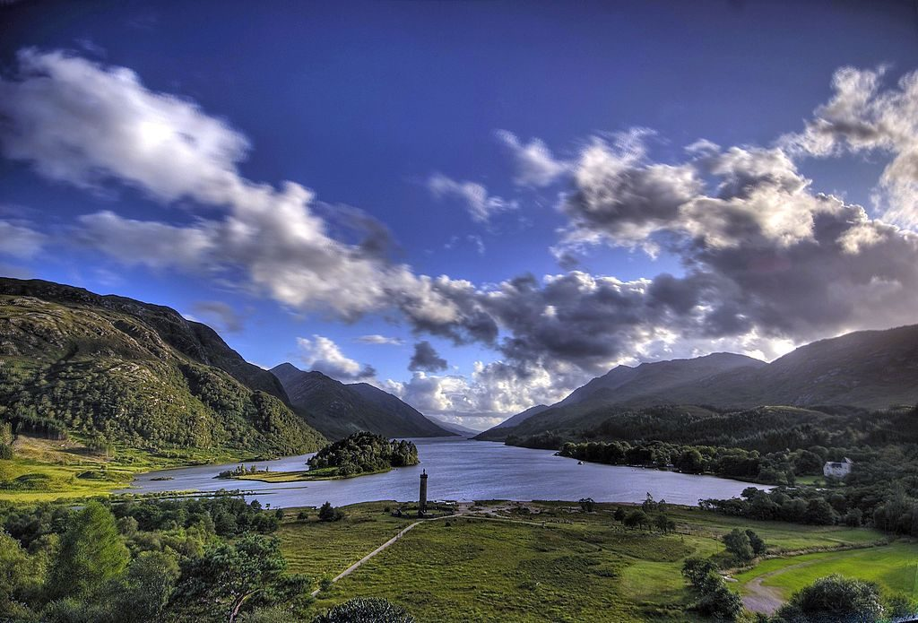 Glenfinnan Monument and Loch Shiel | © Gil Cavalcanti / Wikimedia Commons
