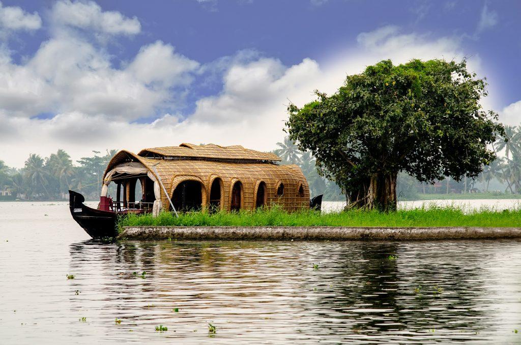 اقامت در خانه های قایقی شیکارا
