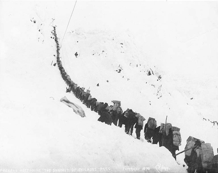 Gold miners in the Chilkoot Pass during the Klondike Gold Rush | © Eric Hegg/WikiComms