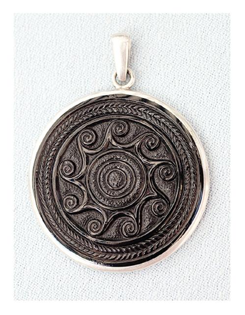 Medallón de Azabache, Galicia | ©Luis Lafuente / Wikimedia Commons