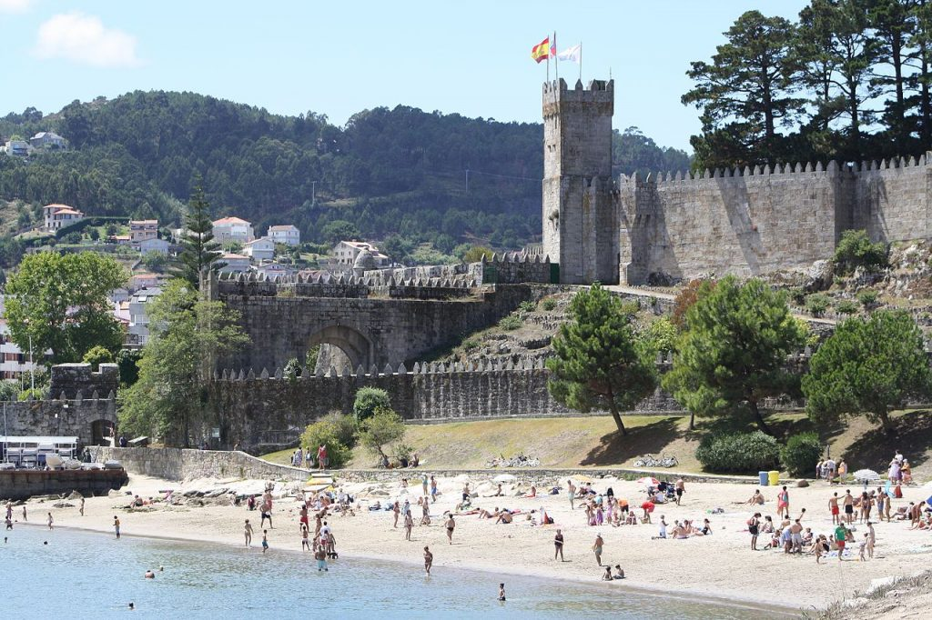 Baiona and Monterreal Castle | ©2008dago21 / Wikimedia Commons