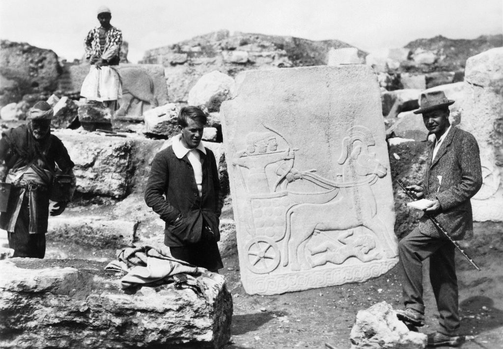 T.E. Lawrence (center) and Leonard Woolley with a Hittite slab at the Carchemish excavation, 1913 or 1914 | © IWM (Q 73536)/WikiCommons