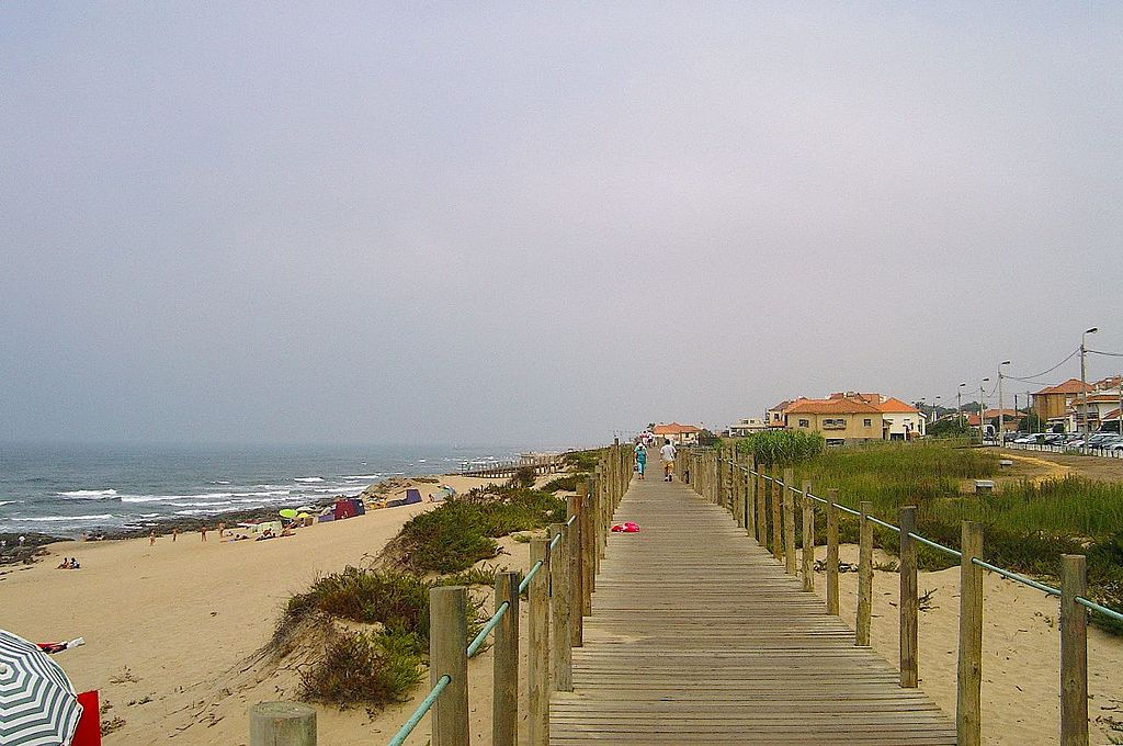 https://commons.wikimedia.org/wiki/File:Praia_Granja_(Vila_Nova_de_Gaia).jpg