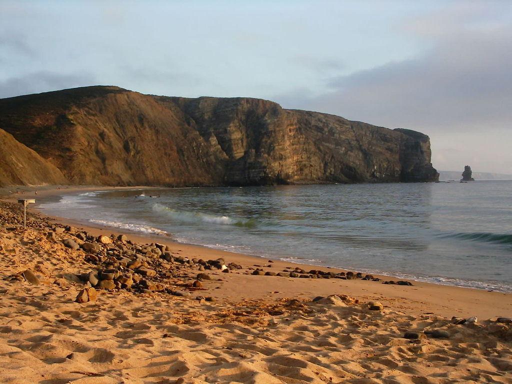 https://pt.wikipedia.org/wiki/Praia_da_Arrifana#/media/File:Arrifana.JPG