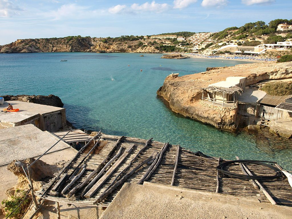 Cala Tarida © Kelly.ibiza / Wikimedia Commons