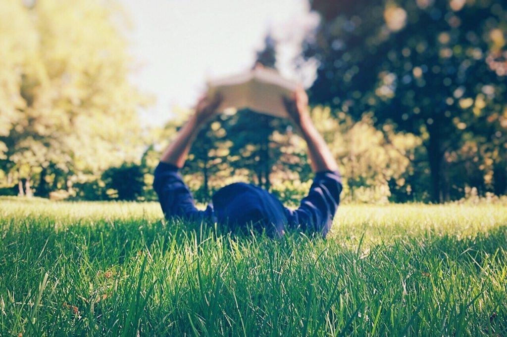 https://pixabay.com/es/persona-la-lectura-patio-hierba-2468249/