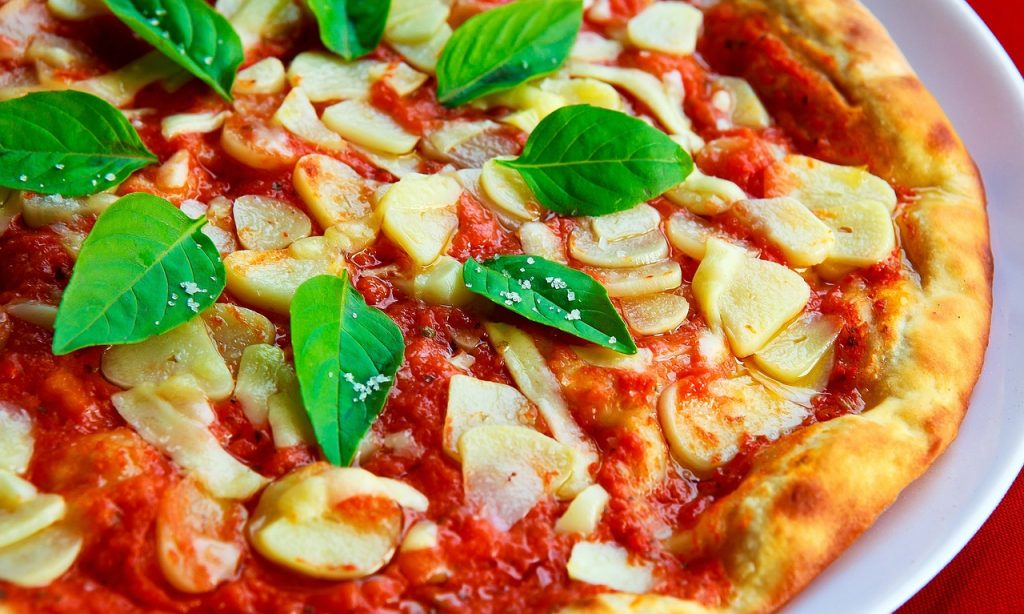 https://pixabay.com/es/pizza-albahaca-ajo-corteza-salsa-1209748/