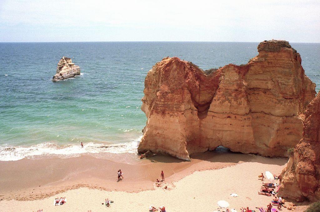 https://commons.wikimedia.org/wiki/File:Praia_dos_Tr%C3%AAs_Irm%C3%A3os,_Portim%C3%A3o,_Algarve,_Portugal_(1992).jpg