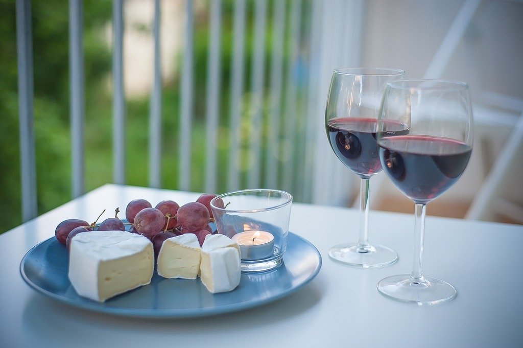 https://pixabay.com/es/wine-cheese-verano-2524100/
