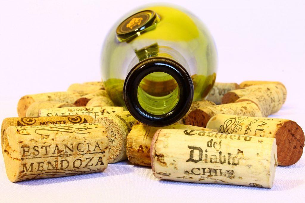 https://pixabay.com/es/vino-tapones-botella-vac%C3%ADo-usado-780102/