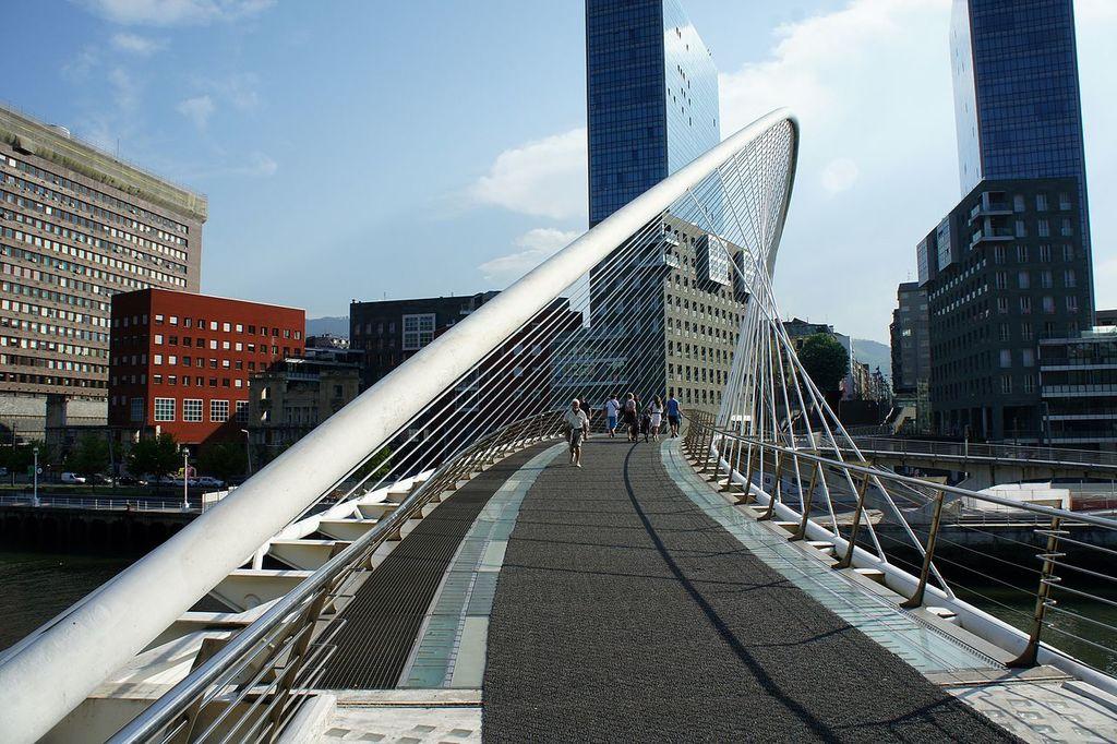 Zubizuri bridge, Bilbao | ©Mariordo (Mario Roberto Duran Ortiz) / Wikimedia Commons