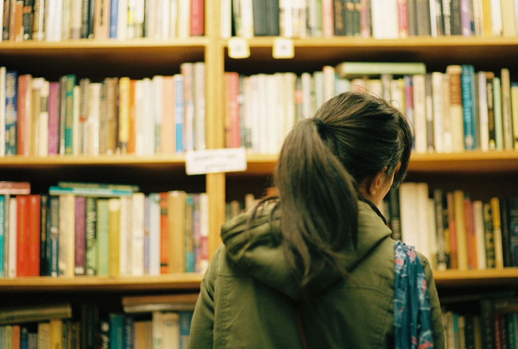 Browsing the shelves | © chase_elliott/Flickr