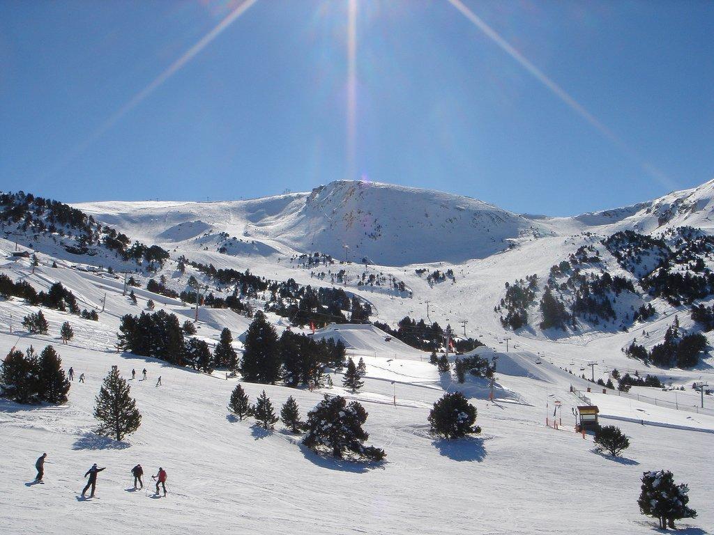 https://commons.wikimedia.org/wiki/File:Grandvalira_ski_resort,_Andorra4.jpg