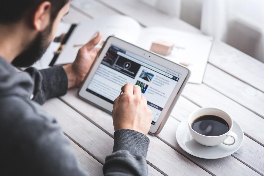 Man Reading Touchscreen Tablet | © kaboompics/Pixabay