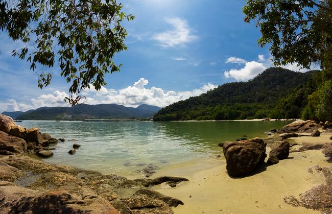 One of the many beaches that hug the coast of Penang | © Ilya Sviridenko/Shutterstock