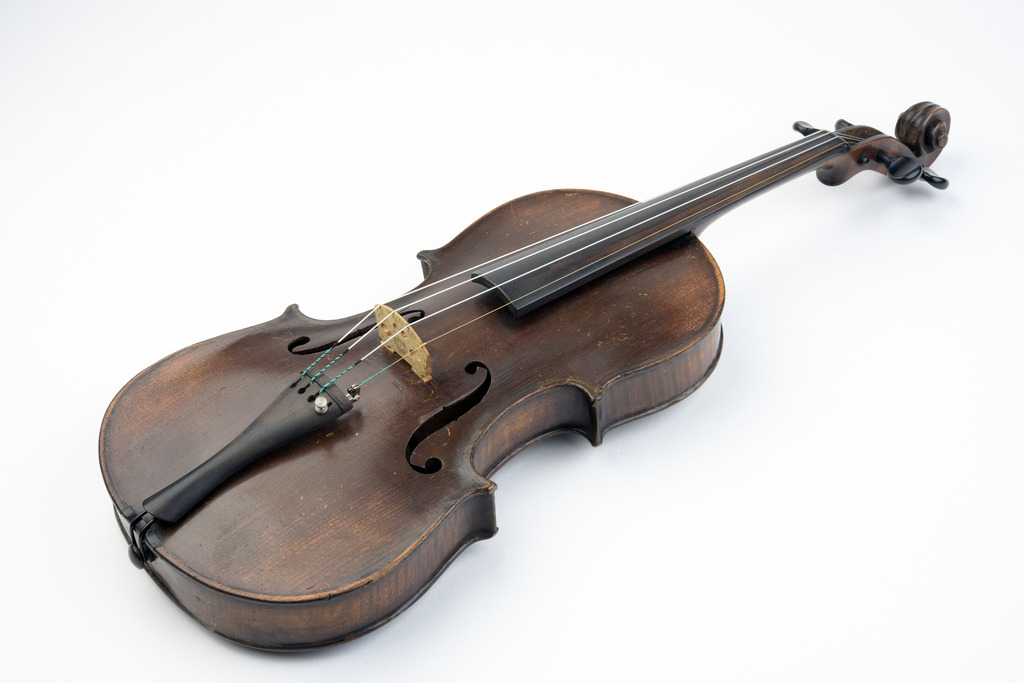 19th-century violin with fake Stradivarius label | Image courtesy of Winterthur Museum