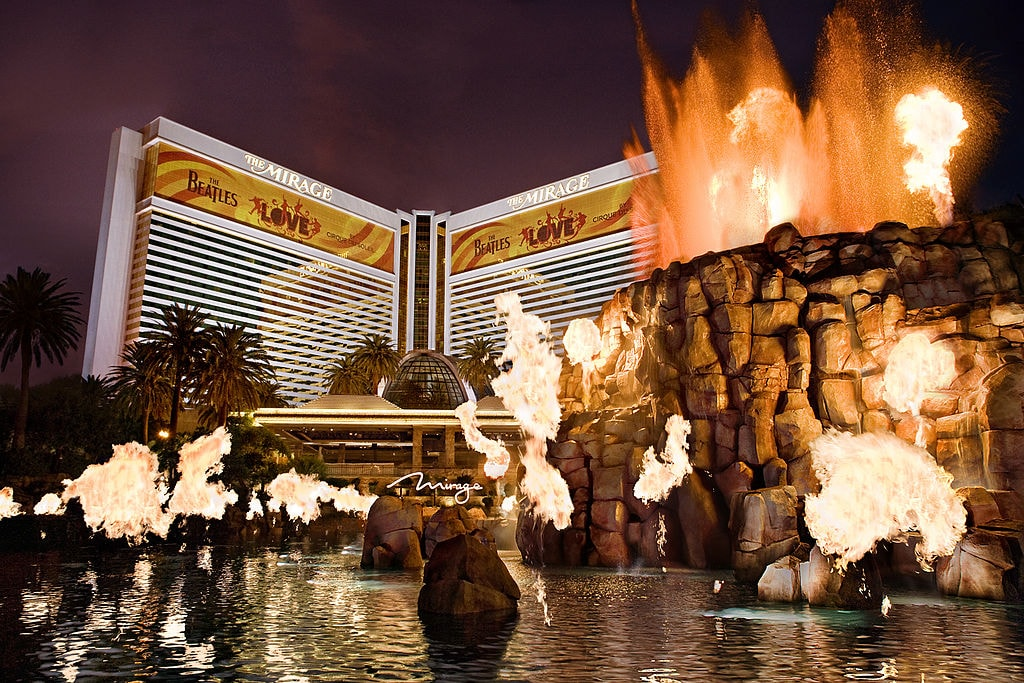 For an explosive ceremony, get married in front of the Mirage volcano. | © Anthony DiLiddo/WikiCommons