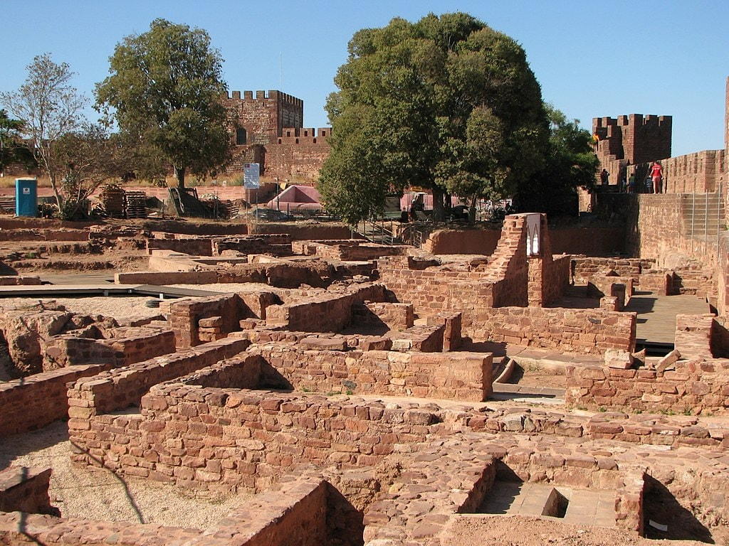 https://commons.wikimedia.org/wiki/File:Silves_castle_-_ancient_capital_of_Algarve_-_The_Algarve,_Portugal_(1387949771).jpg
