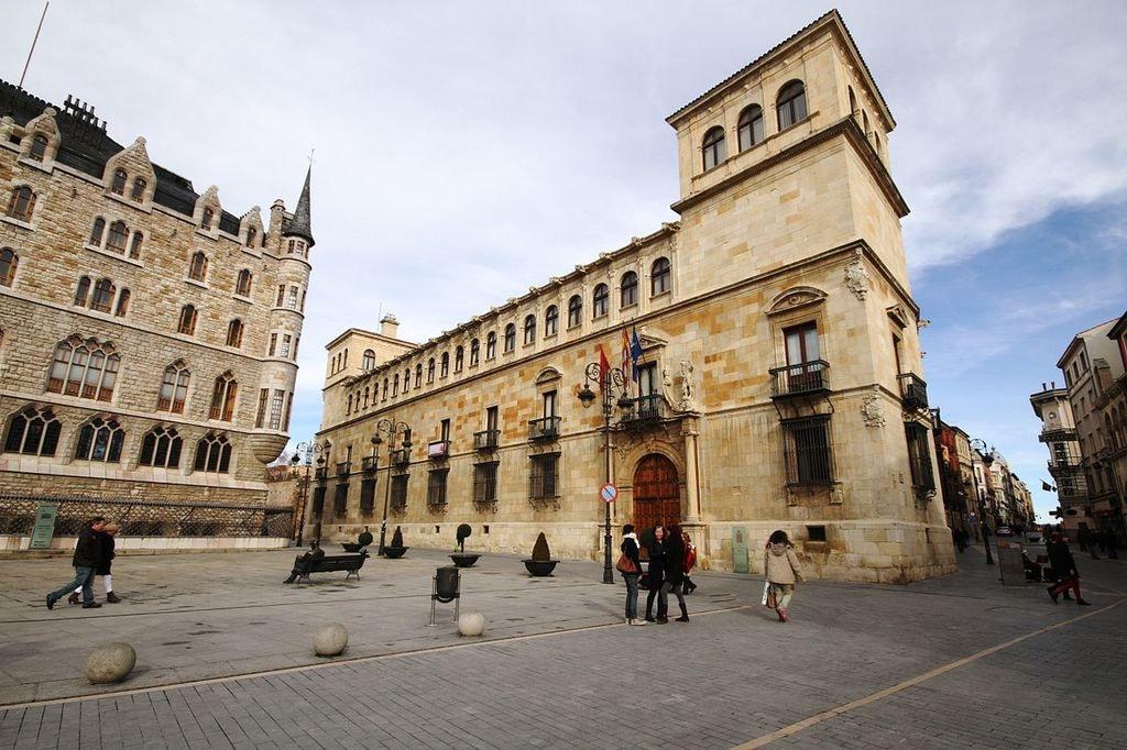 Palácio de los Guzmanes, Leon, Spain | ©José Luiz Bernardes Ribeiro / Wikimedia Commons