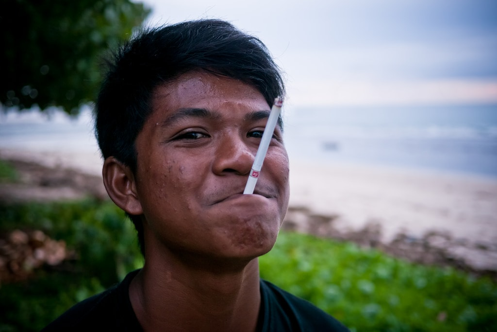 Indonesian teenager with a cigarette | © Roman Königshofer/Flickr