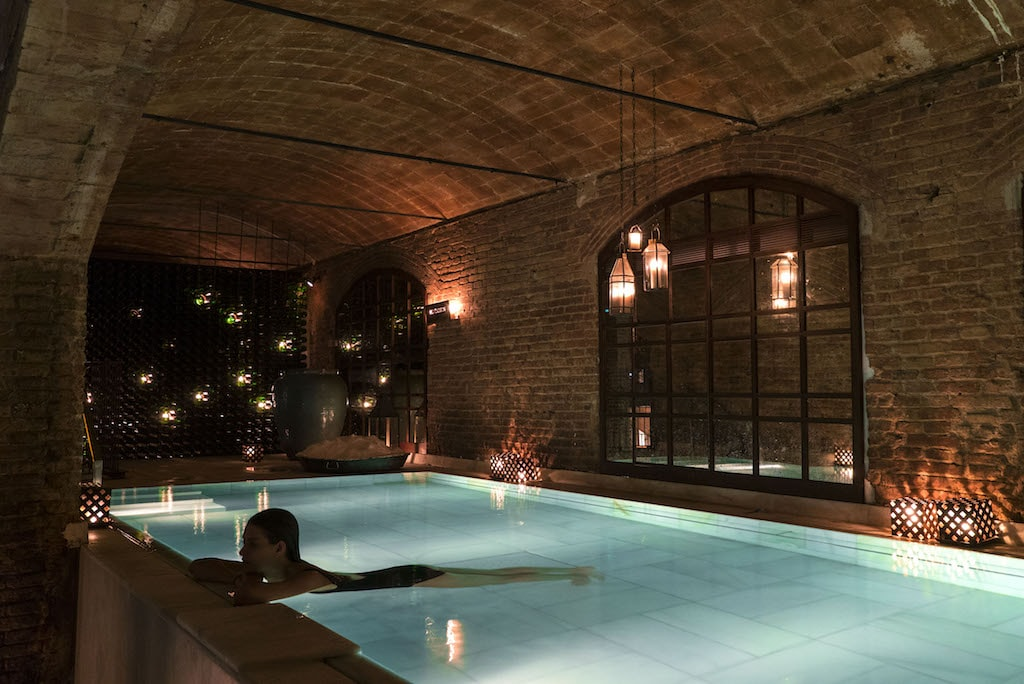 Relax in the baths Courtesy of AIRE de Barcelona