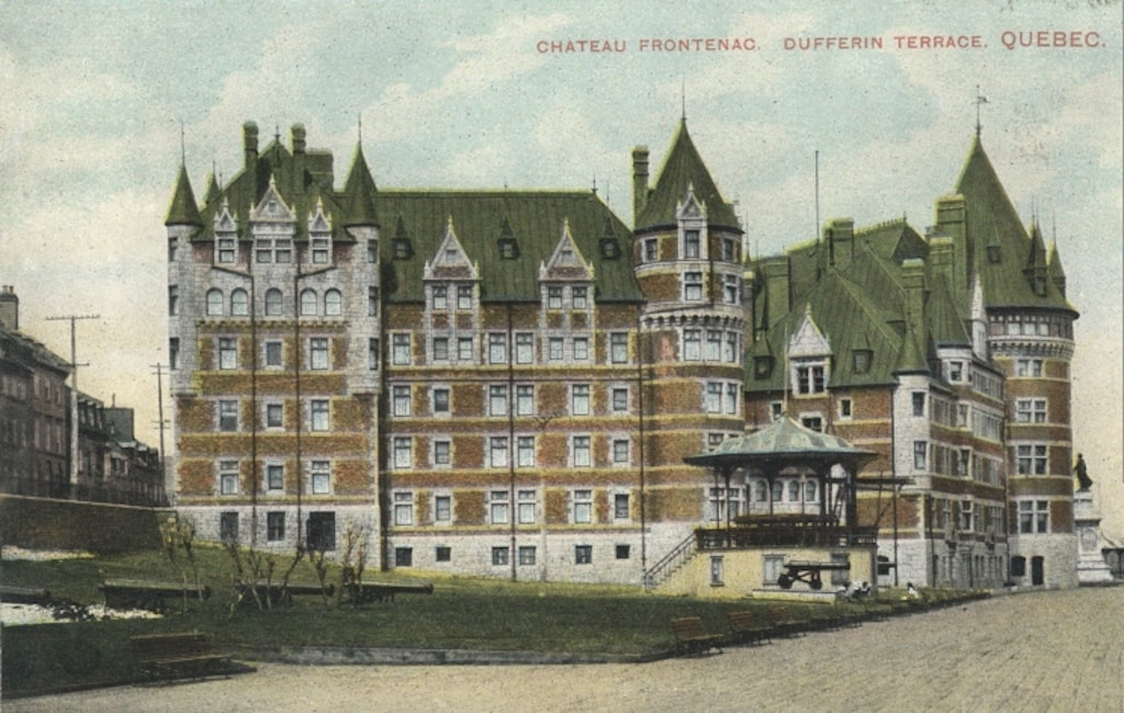 A postcard of the hotel c.1910, before subsequent expansions and the construction of the central tower. / Wikimedia Commons