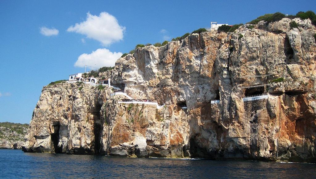 Cova d'en Xoroi   © MinorKan / Wikimedia Commons