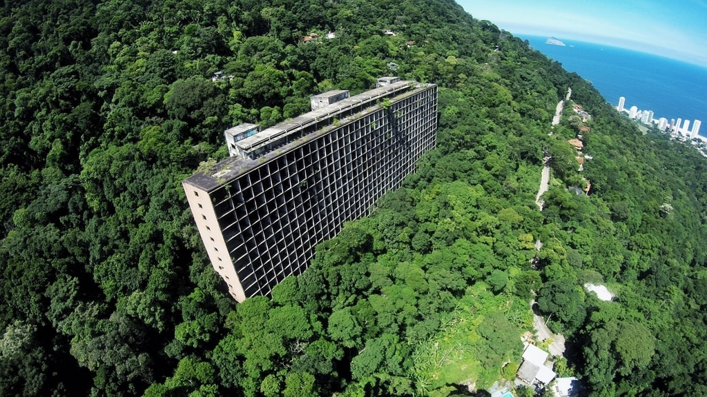 The abandoned hotel in the middle of Tijuca forest   © YouTube image