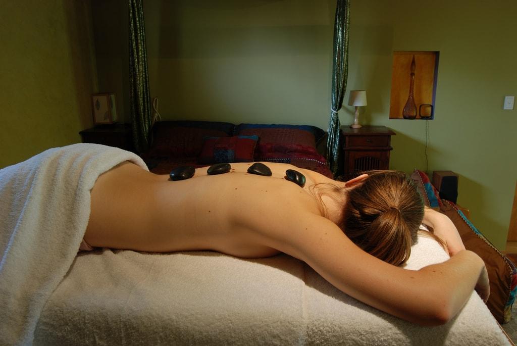 Hot stone massage | © Daniela / Wikimedia Commons
