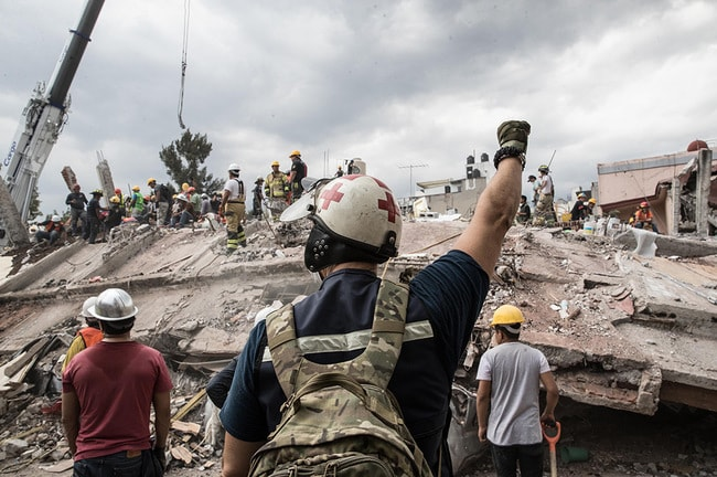Rescue worker signals for absolute silence during Mexico relief efforts | © Salvador Cisneros Silva/El Universal via ZUMA Wire/REX/Shutterstock