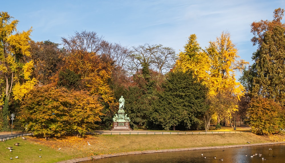 Hofgarten in the old town of Dusseldorf, Germany | © Zyankarlo/Shutterstock