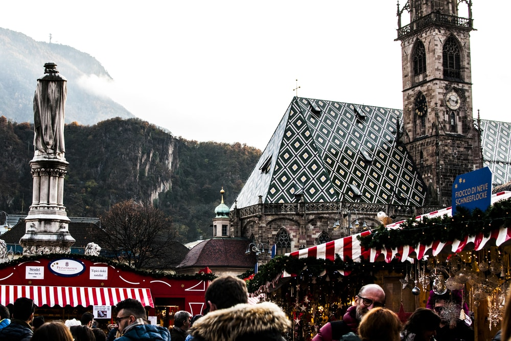 Christmas Market in the famous Walther Square in Bolzano, South Tyrol | © pixelaway/Shutterstock
