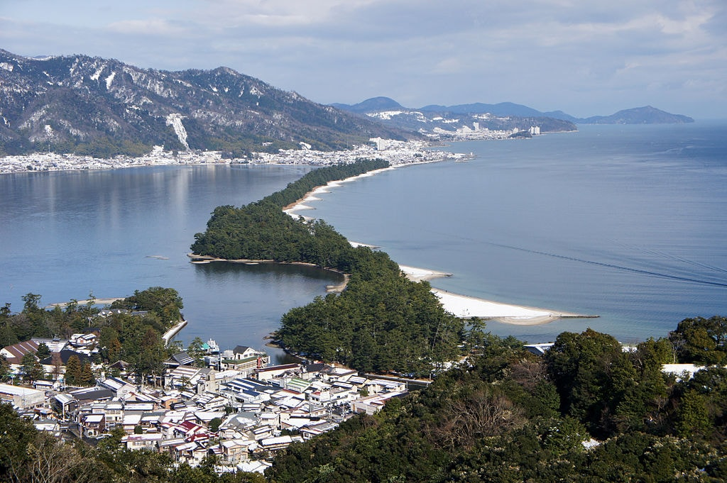1024px-Amanohashidate_view_from_Mt_Moju02s3s4592