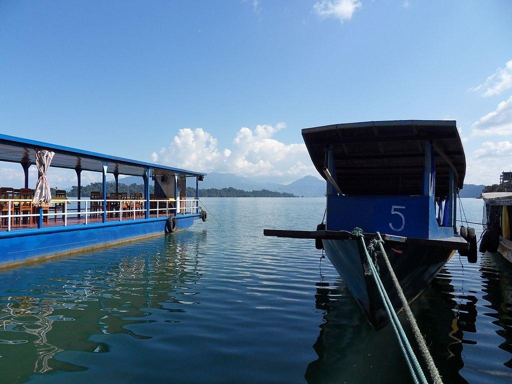 Boats on Nam Ngum Lake | © Chaoborun/WikiCommons