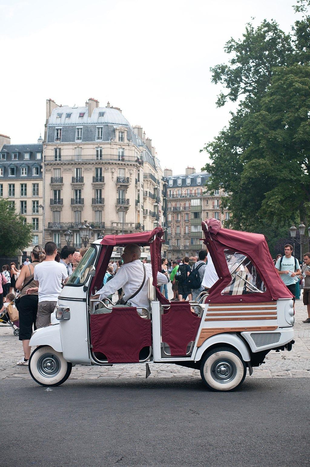 1024px-France_Parisienne_Tuk_Tuk_Auto-rickshaw_July_2010