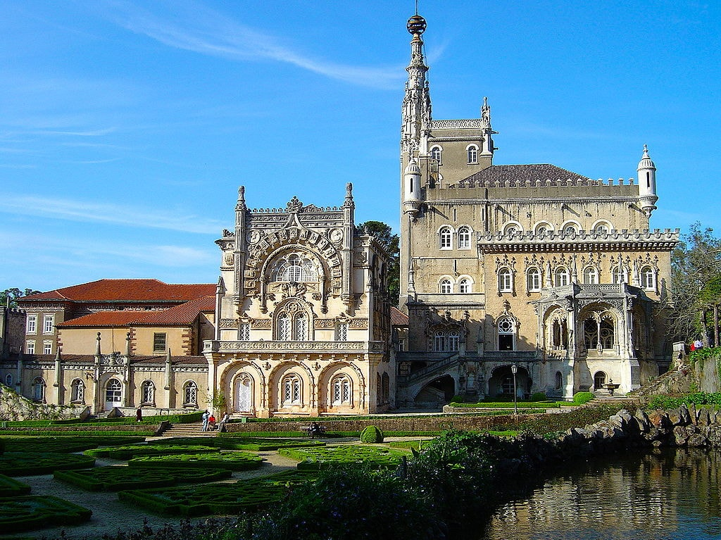 https://commons.wikimedia.org/wiki/File:Palace_Hotel_do_Bussaco.JPG