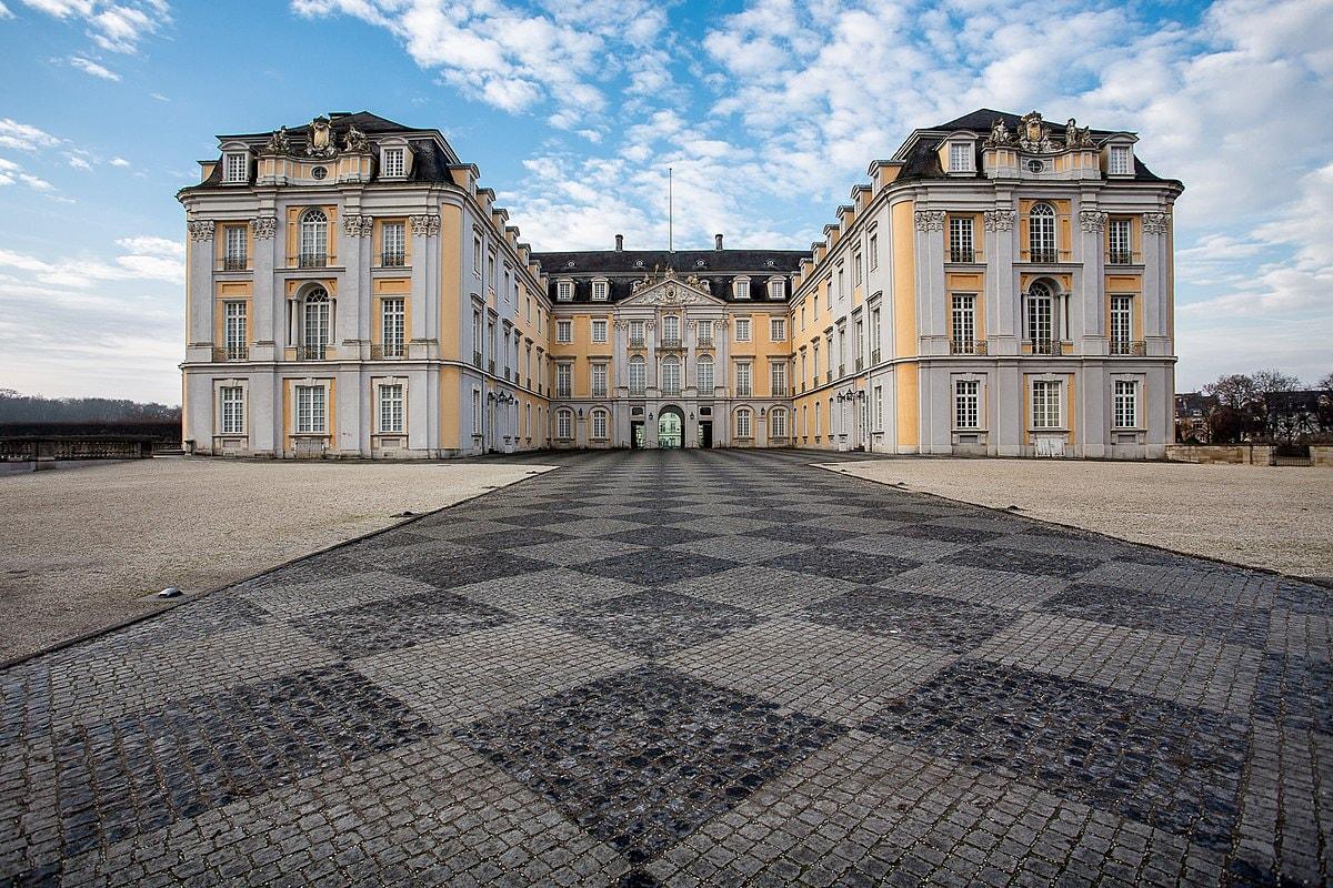 1200px-Schloss_Augustusburg,_Ostseite