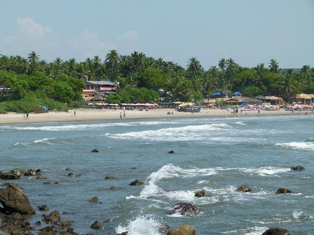 1280px-Arambol_Beach_Rocky_Side