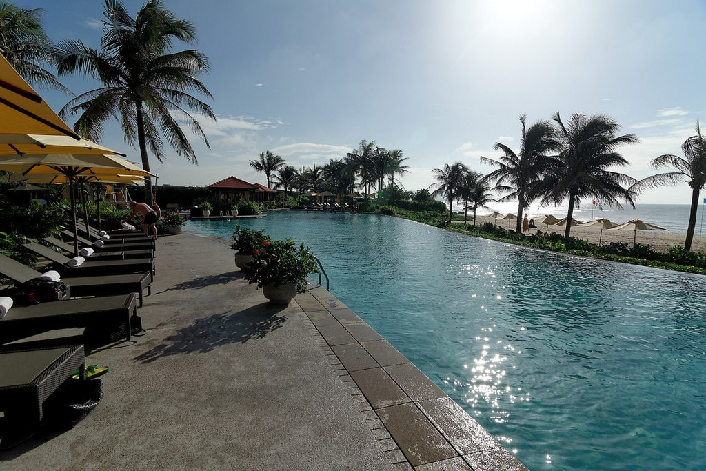 Beachside hotel along Ho Tram | © mgzkun/Flickr