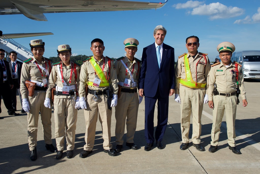 Secretary Kerry and Lao Traffic Police | © US Department of State/Flickr