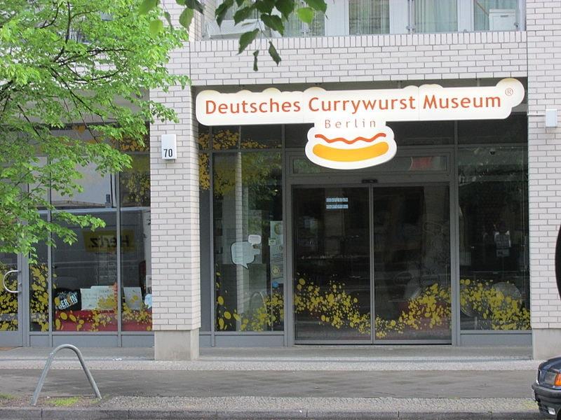 Berlin-Mitte_Deutsches_Currywurst_Museum_closeup
