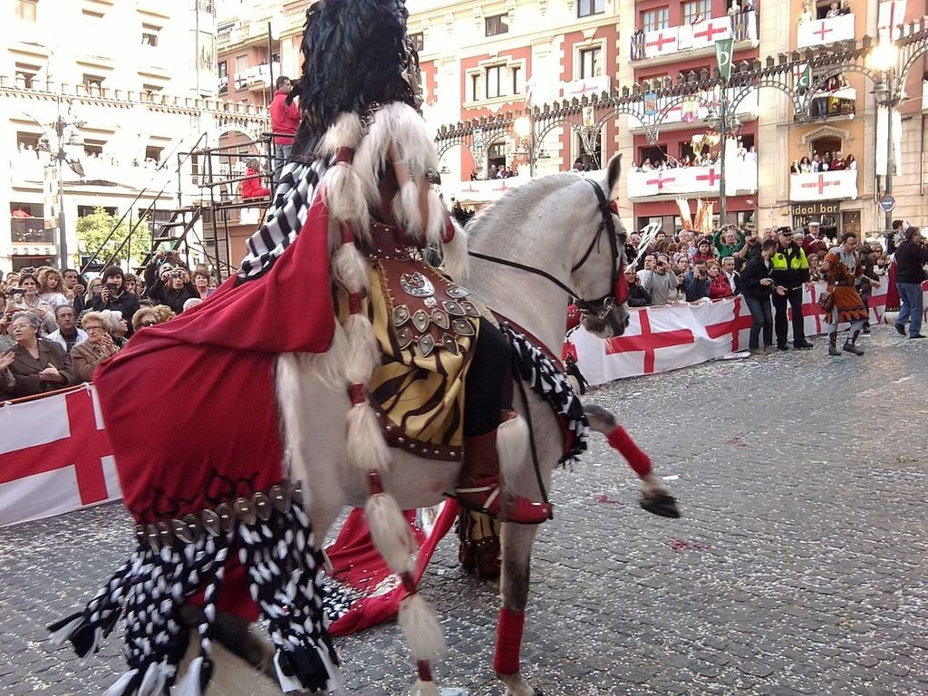 Saint George at the Fiestas de Moros y Cristianos in Alcoy, Spain | ©Angelesmc2 / Wikimedia Commons