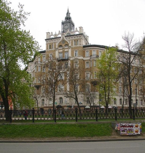 Moscow,_Sretensky_Boulevard,_corner_of_Frolov_Lane-2