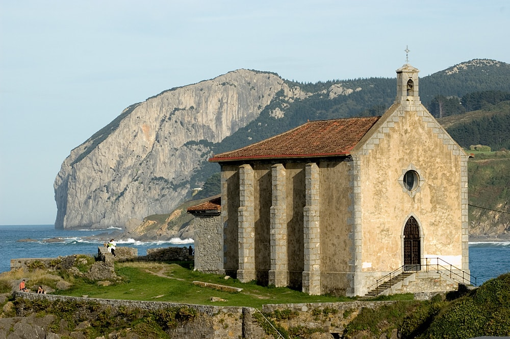 Santa Catalina Hermitage, Mundaka, Basque Country | ©kurtsik / Wikimedia Commons