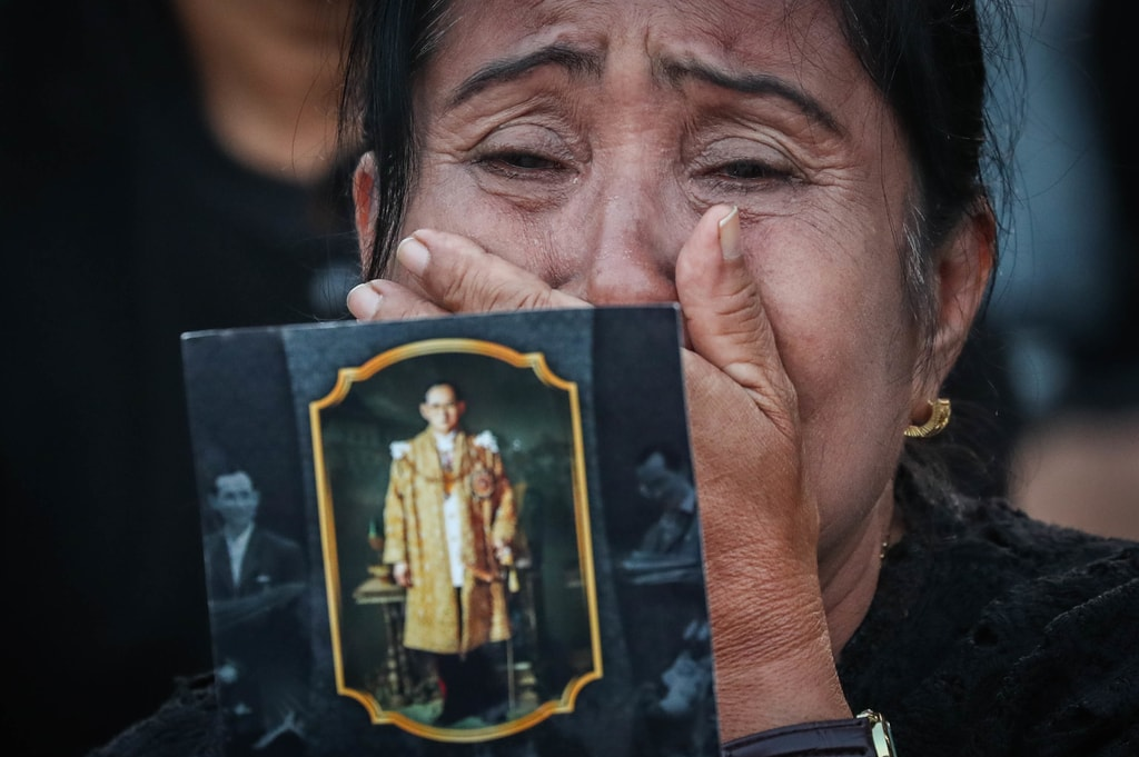 A mourner in tears presents a picture of the late king during the ceremony | © Diego Azubel/EPA-EFE/REX/Shutterstock