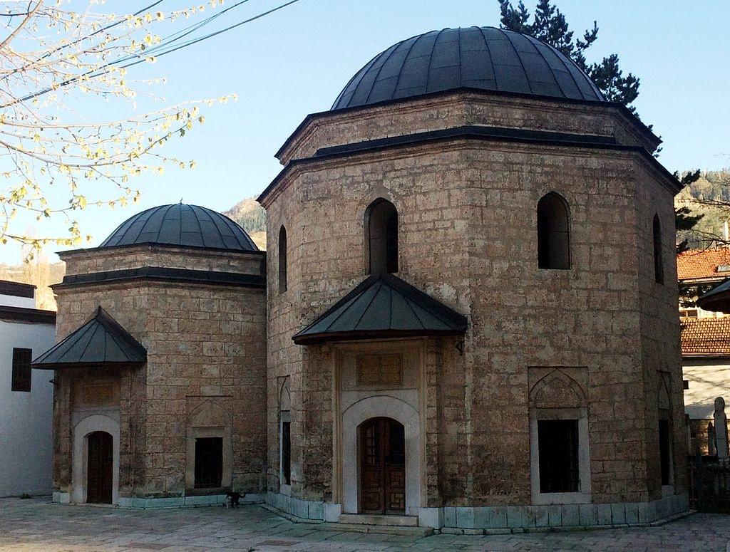 Gazi Husrev Bey's Mausoleum next to the mosque | © Bjoertvedt/WikiCommons