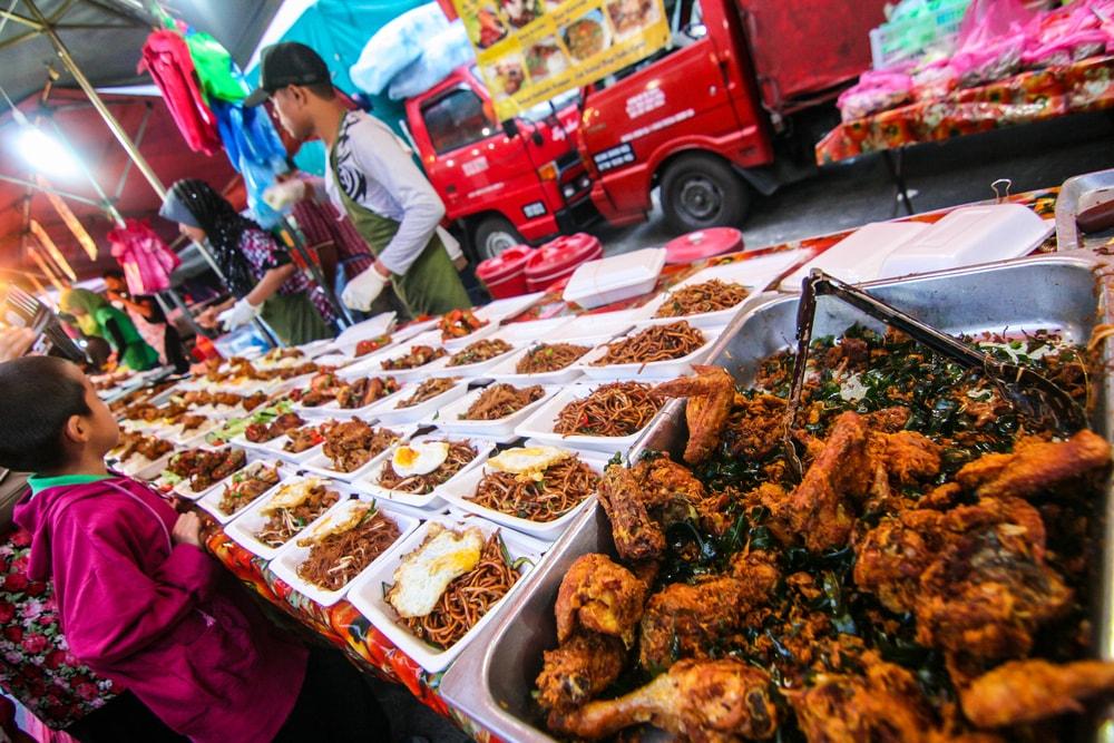 Food stall at night market in Brinchang, Malaysia | © berm_teerawat/Shutterstock